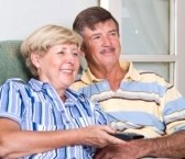 3985561-senior-couple-heureux-de-regarder-la-television-ensemble
